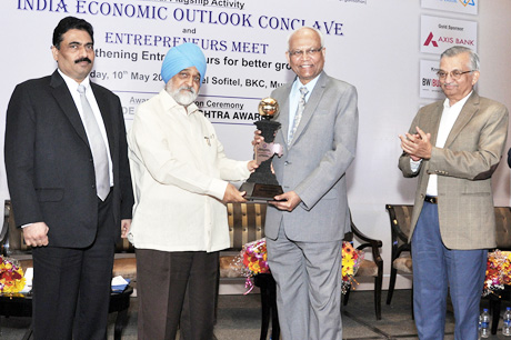 Mr. Montek Singh Ahluwalia – Deputy Chairman, Planning Commission of India presenting the PRIDE OF MAHARASHTRA AWARD to Padma Vibhushan Dr. Raghunath Mashelkar – President, Global Research Alliance. The Award initiated by Maharashtra Industrial and Economic Development Association and Small & Medium Business Development Chamber of India