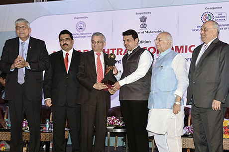 Shri Devendra Fadnavis – Hon'ble Chief Minister, Maharashtra presenting the PRIDE OF MAHARASHTRA AWARD to Dr. Anil Kakodkar The Award was initiated by Maharashtra Industrial and Economic Development Association and SME Chamber of India