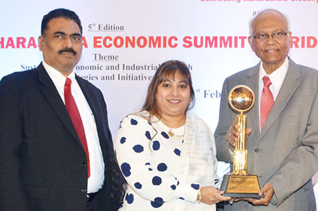 Dr. Raghunath Mashelkar, President of Global Research Alliance & Former Director General of Council of Scientific & Industrial Research (CSIR) presenting PRIDE OF MAHARASHTRA AWARD 2018 for WOMEN ENTREPRENEUR OF THE YEAR (Education) to Mrs. Rubina Akhtar Hasan Rizvi, Director, Rizvi Education Society, Mumbai, Shri. Chandrakant Salunkhe, Founder & President, Maharashtra Industrial & Economic Development Association and SME Chamber of India were present