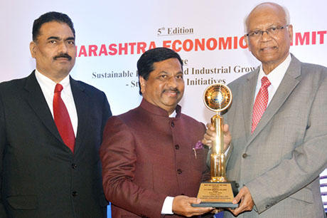 Dr. Raghunath Mashelkar, President of Global Research Alliance & Former Director General of Council of Scientific & Industrial Research (CSIR) presenting PRIDE OF MAHARASHTRA AWARD 2018 for BEST INSTITUTE OF THE YEAR (Education) to D. Y. PATIL MEDICAL COLLEGE, Kolhapur, Award received by Dr. Sanjay D. Patil, President, D. Y. Patil Education Society. Shri. Chandrakant Salunkhe, Founder & President, Maharashtra Industrial & Economic Development Association and SME Chamber of India were present