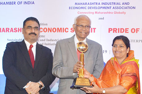 Dr. Raghunath Mashelkar, President of Global Research Alliance & Former Director General of Council of Scientific & Industrial Research (CSIR) presenting PRIDE OF MAHARASHTRA AWARD 2018 for WOMEN ENTREPRENEUR OF THE YEAR (Co-operative Sector) to Mrs. Rajashri H. Patil, Chairperson, Godavari Urban Multistate Credit Co-op. Society Ltd., Nanded. Shri. Chandrakant Salunkhe, Founder & President, Maharashtra Industrial & Economic Development Association and SME Chamber of India were present